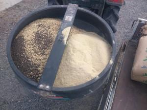 くず大豆、けいふん、米ぬか、もみがらくん炭をまぜて撒きます。