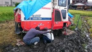 田んぼでコンバイン修理